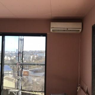 工事中の現場でエアコンを設置して、室温を計測中!